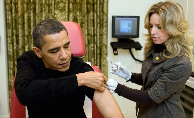 A_nurse_vaccinates_Barack_Obama_against_H1N1