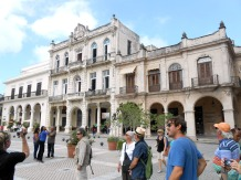 On the Plaza Vieja, in the center of this side is an elementary school.
